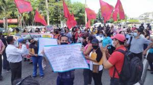 Los maestros bloquearon un tramo de la avenida Plaza Dañín, en el norte de Guayaquil.