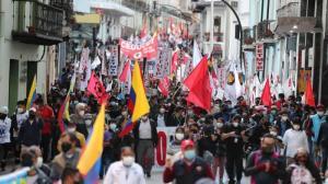 Manifestantes participan en una jornada de protestas contra las reformas adelantadas por el Gobierno del presidente Guillermo Lasso.