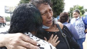 Isabel Conde Martínez viajó desde Milagro para retirar los cadáveres de sus dos hijos. Sus familiares le dan consuelo.