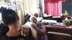 Adela Bastidas, llora desconsolada el asesinato de sus tres nietos.
