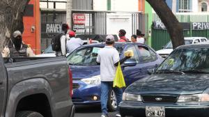 El hecho ocurrido en este sector de Guayaquil fue captado por transeúntes y se observa cuando el extranjero amenaza con un cuchillo.