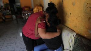 Estefanía recibe el consuelo de sus familiares. Su esposo, Jorge Leonardo González (círculo), es uno de los reos asesinados.