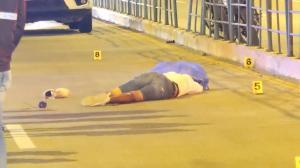 El cadáver quedó tendido en el carril de la metrovía, en el sentido sur - norte de la avenida.