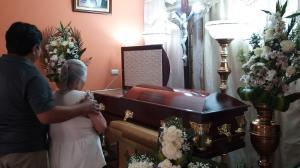 Los restos de Gary Misael Rosero Villafuerte son velados en la sala de su casa.