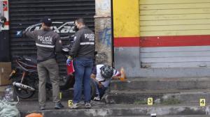 El cadáver quedó detrás de una motocicleta. En el sitio se halló más de seis indicios balísticos.