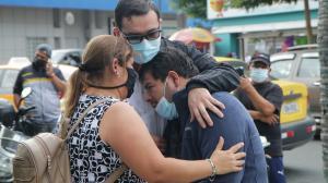 Tomás Obando, padre del niño asesinado,  recibe  el consuelo de sus seres queridos.