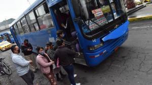 En algunos sectores de la capital las personas se amontonaban para tomar un bus.