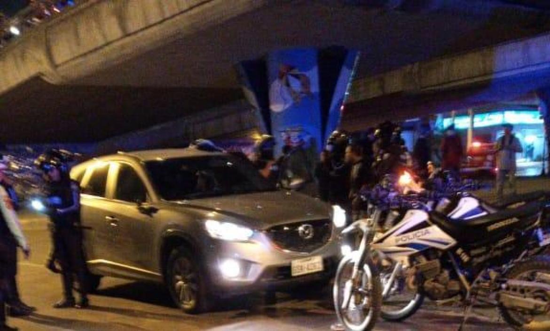 Tomas Macías viajaba en este auto Mazda cuando fue atacado la noche del jueves.