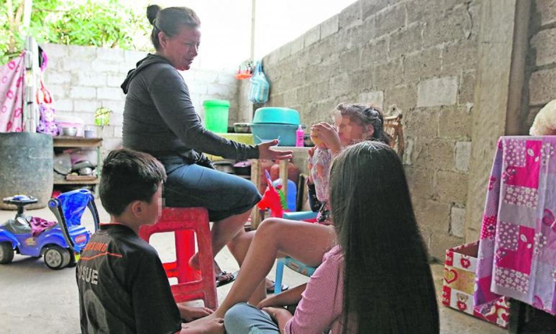 Una tía política cuida a los tres hijos de la mujer que fue atacada con un machete.