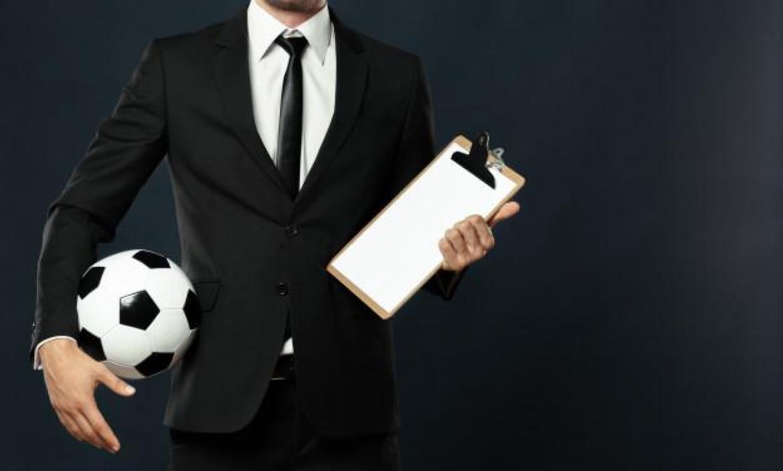 entrenador-negocios-deporte-sobre-negro_93675-10666