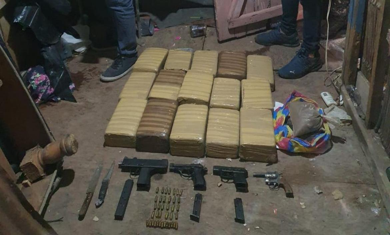 La policía encontró 15 bloques de marihuana  y cuatro armas.