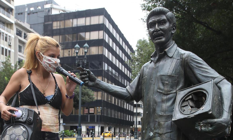 Vilka Medina León nos deleitó con una de sus creaciones musicales frente a la estatua de su abuelo, en el centro de Guayaquil.