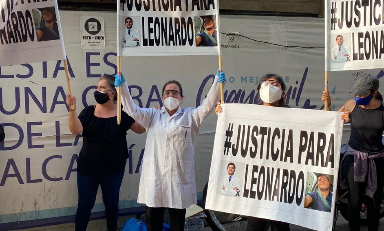 Familiares de Leonardo Mena portaban carteles donde pedían justicia ante su muerte.