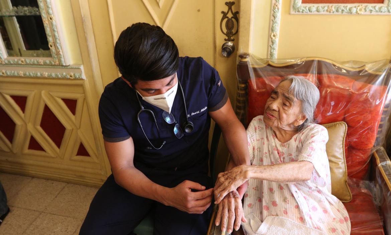 médico revisa a adulta mayor