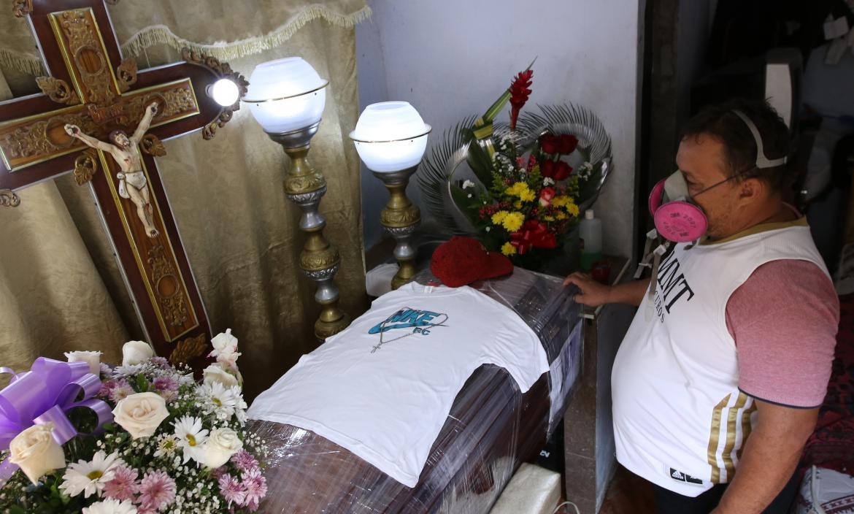 La gorra y la camiseta preferidas de Mario Mendoza Morán cubrían el féretro embalado donde reposan sus restos.