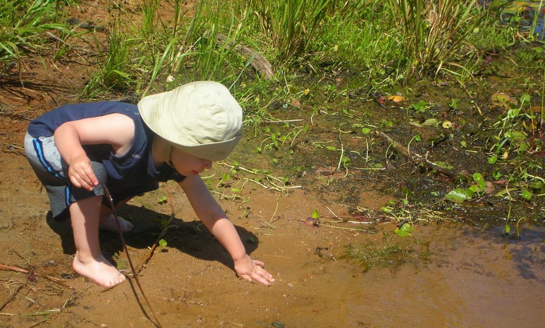 Niño jugando con tierra