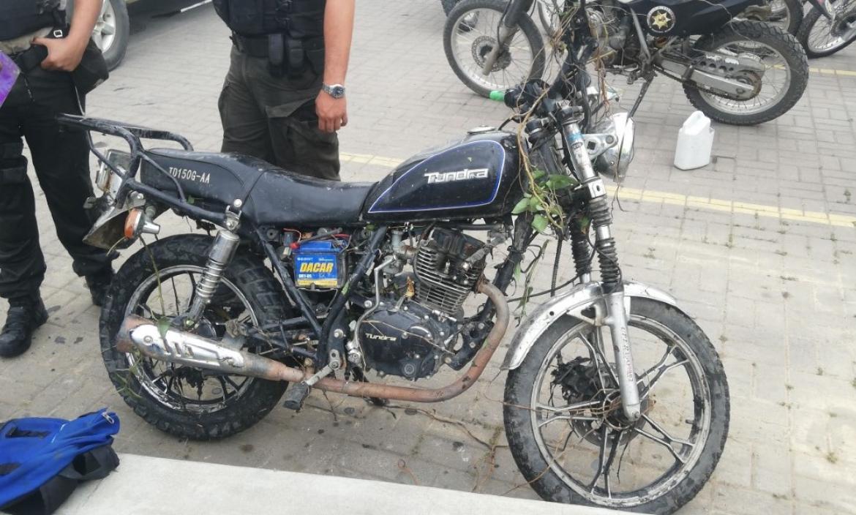 En esta motocicleta viajaban los supuestos malhechores.