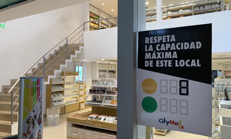 En el City Mall hay anuncias sobre el respeto hacia el distanciamiento social.
