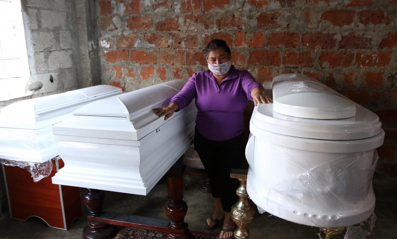 La abuela de las menores asesinadas no puede contener el dolor ante su partida.