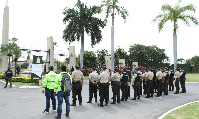 Más de 40 uniformados de diferentes unidades de la Policía resguardaron el velorio y sepelio de Geovanny Francisco Mantilla Ceballos.