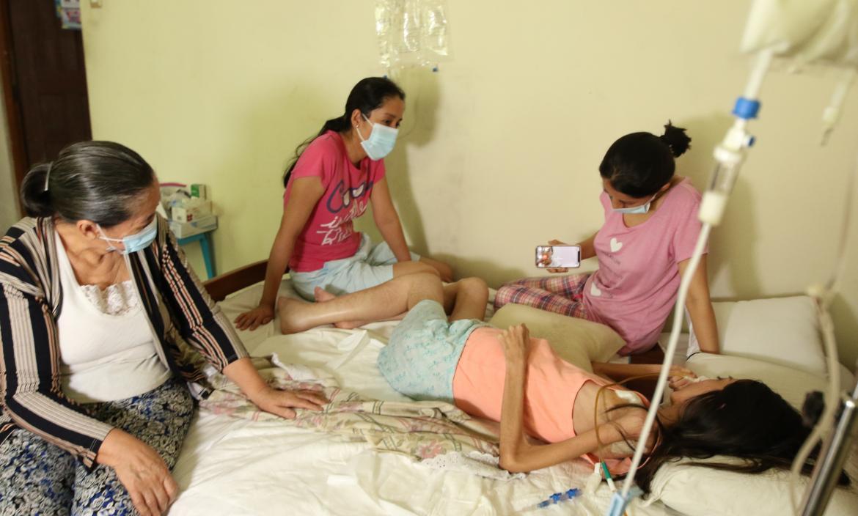 El cáncer que padece desde hace un año y seis meses hace Julia Grace Cáceres Álvarez permanezca postrada en una cama.