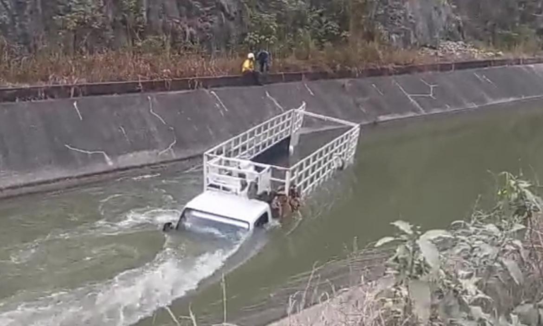 El camión cayó al agua a las 03:00 y fue sacado seis horas después.