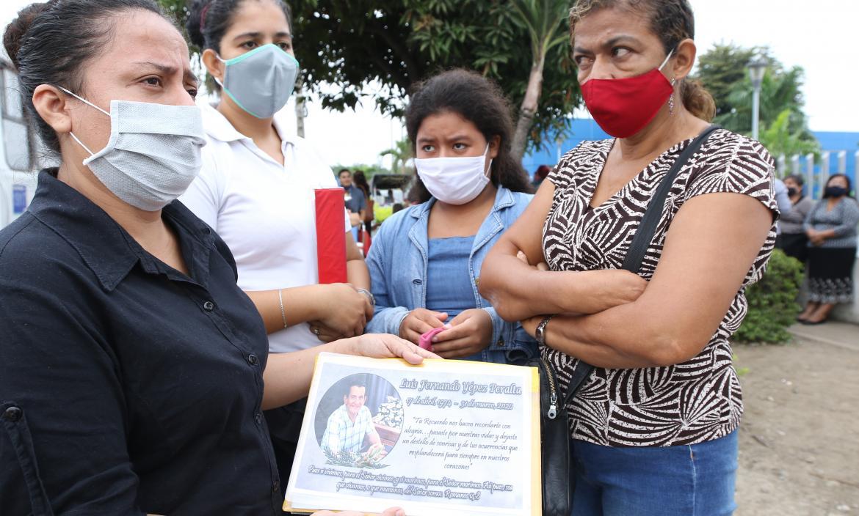 Laura Haga muestra la placa que hizo para su amado, Luis Fernando Yépez Peralta.