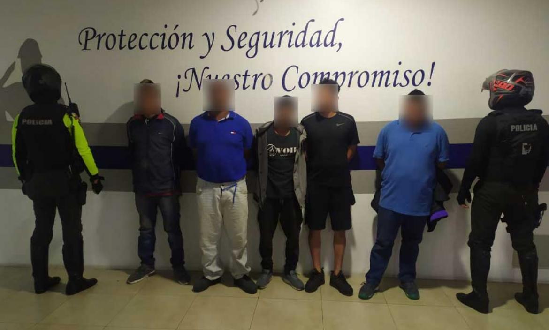 Los cinco sospechosos fueron puesto a órdenes de las autoridades.