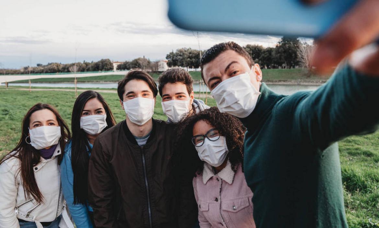 El coronavirus, ahora, también es tema de conversa entre las personas.