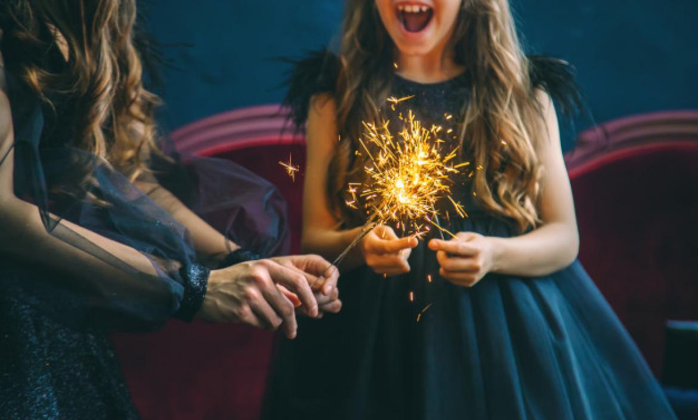 Imagen mother-daughter-lit-sparklers-christ (28533493)