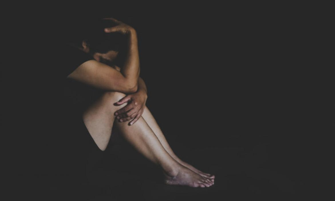 Imagen abused-young-woman-trying-hide-defen (28581513)