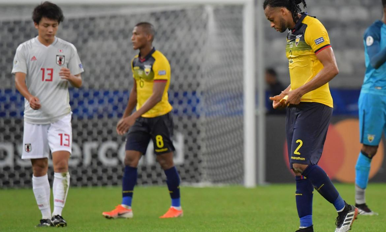 Japan's Ayase Ueda (L) and Ecuador's Carlos Gruezo (C) and Arturo Mina