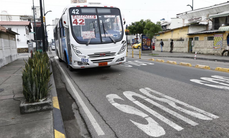 CALLES DEL CORREDOR 2 DE TRANSPORTE PÚBLICO DE GUAYAQUIL EN MAL ESTADO