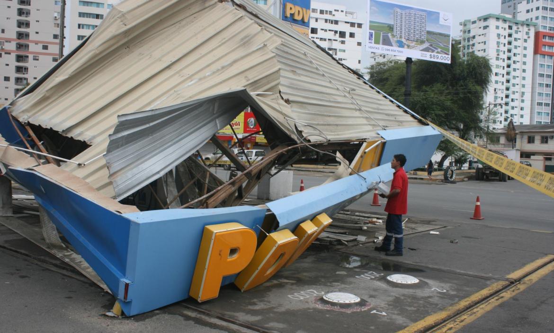 Imagen el techo de una gasolinera colapso p (26524732)