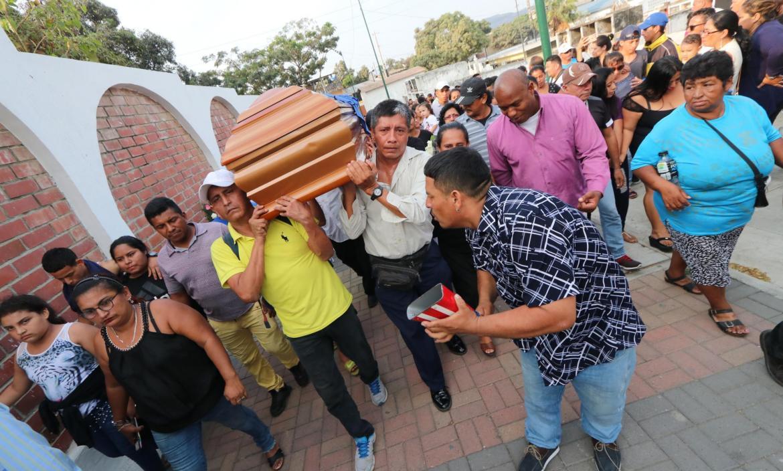 Entierro de la pareja masacrada en Posorja por el populacho