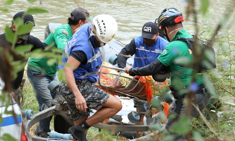 El cuerpo de Génesis fue localizado la mañana de ayer. Personas del GIR lo retiran del agua.
