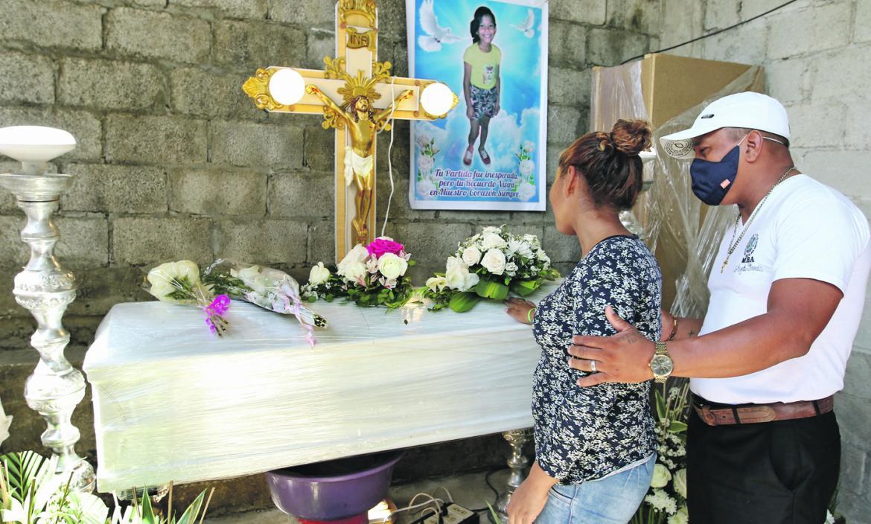 Ana Tigua no pudo contener las lágrimas al recordar que ayer debía celebrar el onomástico de Génesis, la segunda de sus niñas.