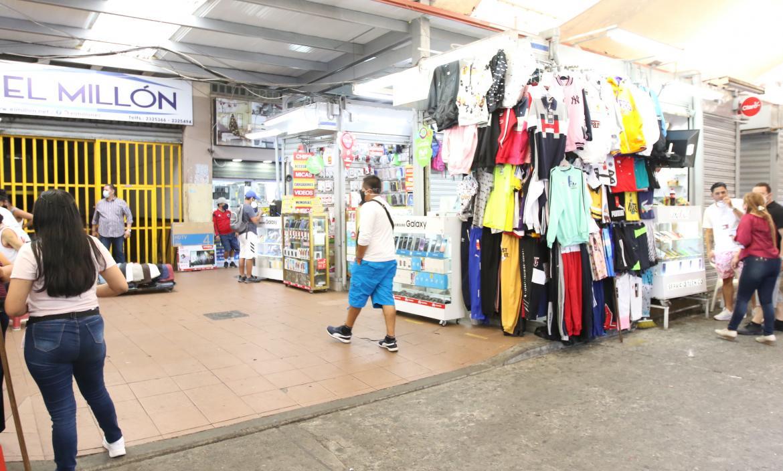 En este sector  de venta de celulares y ropa fue agarrado el supuesto delincuente.