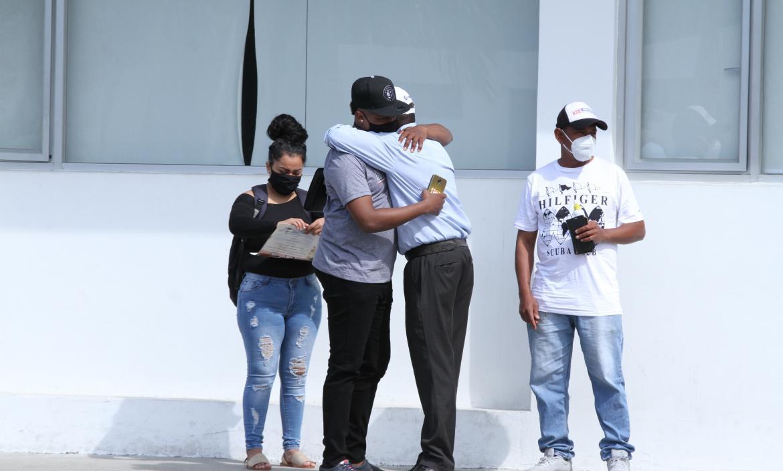 Familiares acudieron al Laboratorio de Criminalística y Ciencias Forenses para retirar el cuerpo.