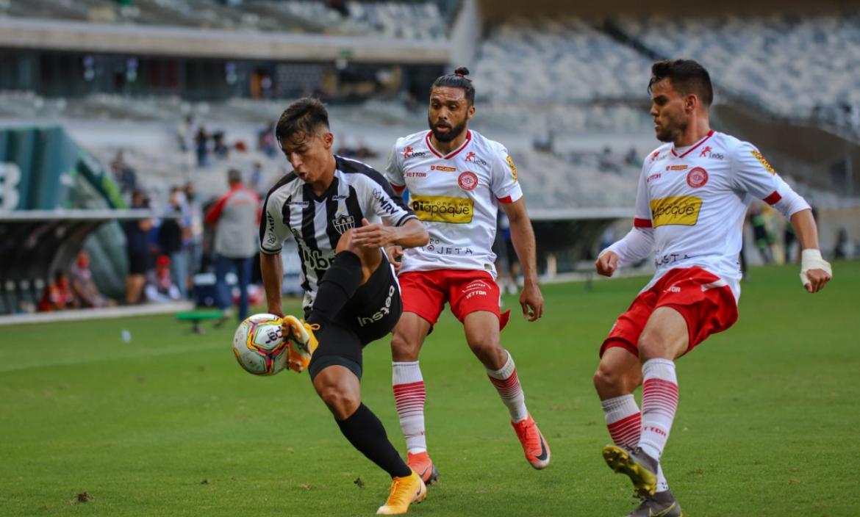 Alan Franco y su primer título con el Atlético Mineiro y la foto de su papá Pedro.