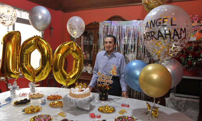 Ángel Abraham Garaycoa durante el festejo por sus 100 años de vida.