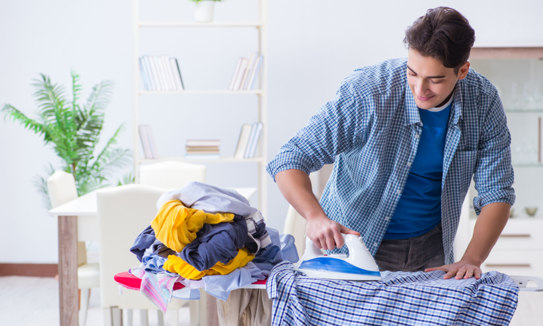 Hombre trabajando en casa