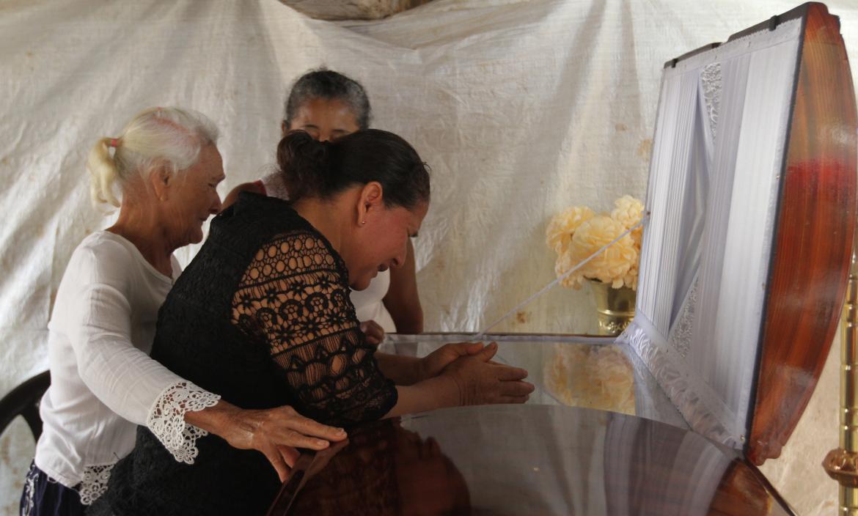 Los restos de Carlos Simón Abad Abad son velados en la casa de su progenitora. Familiares están consternados.