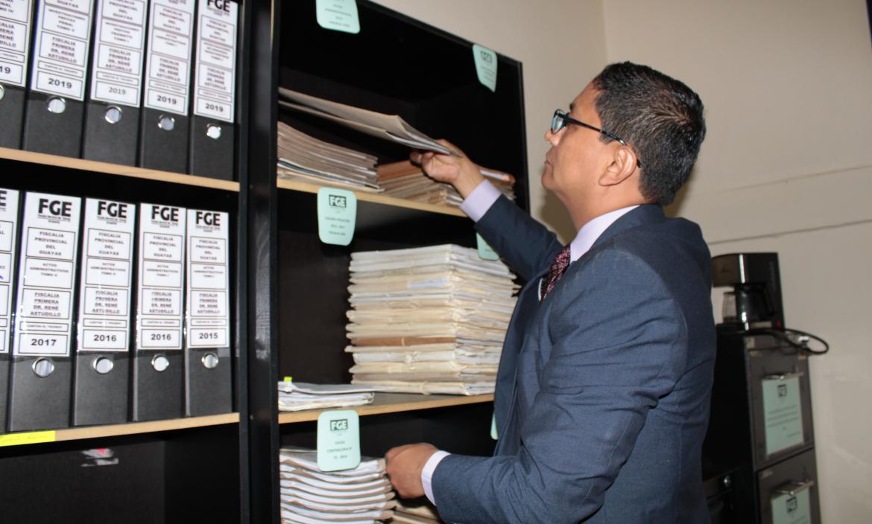 Cesar Peña fiscal de El Triunfo revisa archivos