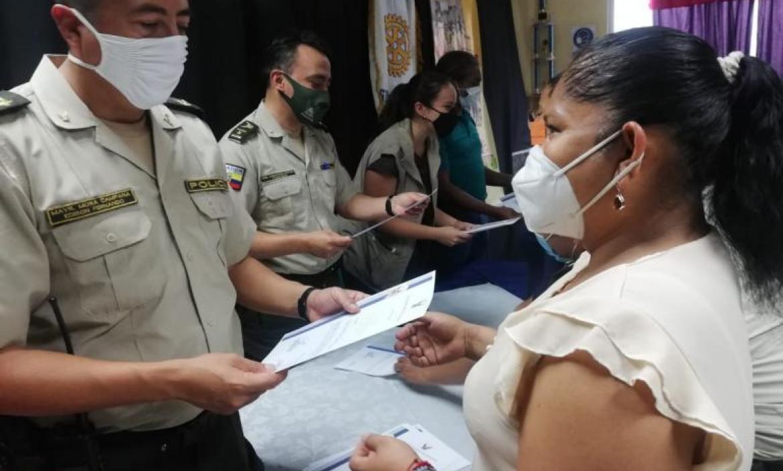 Los moradores, participantes de la capacitación, recibieron certificados de parte de los jefes policiales.