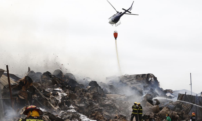 Un helicóptero de aeropolicial ayudó a controlar las llamas lanzando aguas desde el cielo.