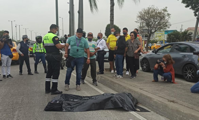 El cadáver fue cubierto con un plástico negro. Un familiar llegó para identificarlo.