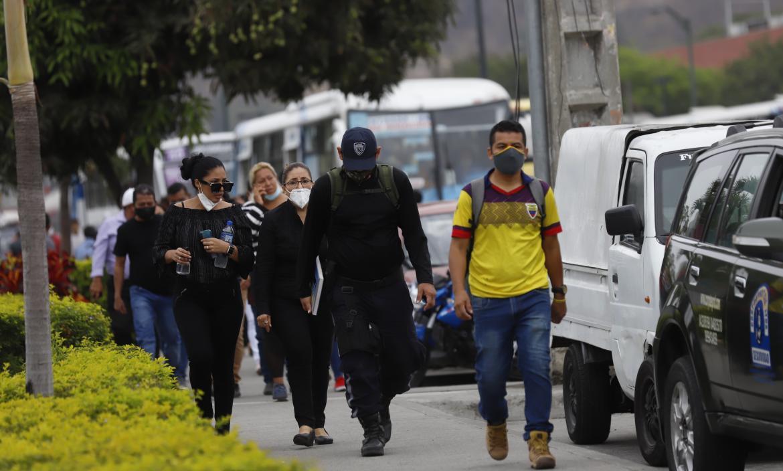 Familiares de Jonathan Javier Lino Burgos acudieron al Laboratorio de Criminalística para retirar su cadáver.