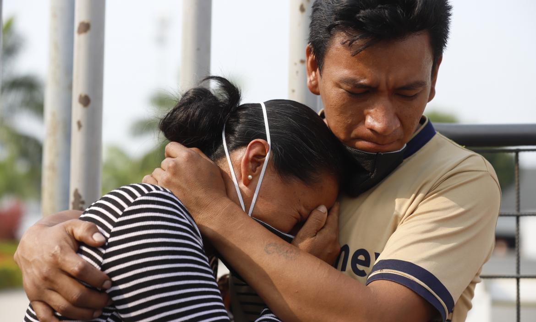 Carmen Sandoval, mamá del fallecido, recibe el consuelo de su hermano.