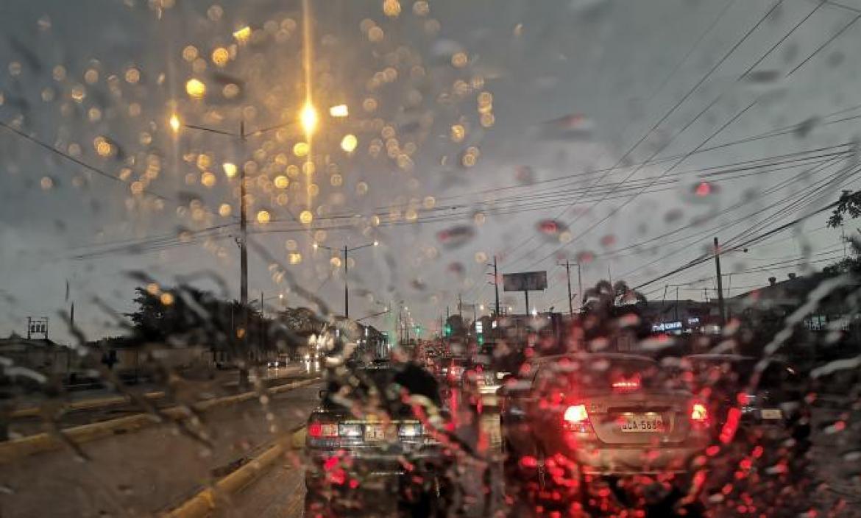 Hubo cortes de luz en varias zonas de Guayaquil tras el inicio de la temporada invernal.